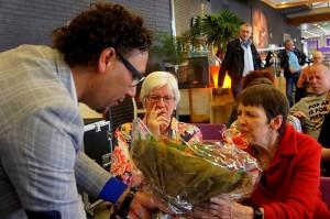 vz Willem Loupatty overhandigt bloemen