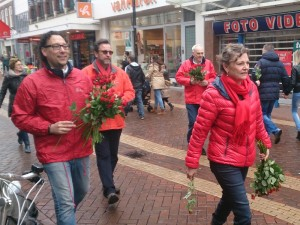 140322.PvdA deelt bedankrozen uit4 (800x600)